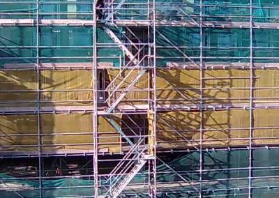 מדרגות עליה לפיגומים באתר בניה